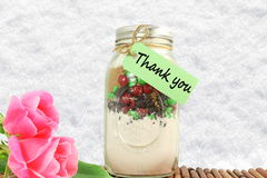 Tacka dig att märka etiketten eller etiketten med blomma- och murarekruset Royaltyfri Bild