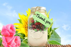Tacka dig att märka etiketten eller etiketten med blomma- och murarekruset Royaltyfri Fotografi
