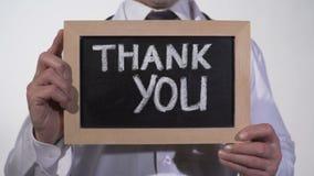 Tacka dig att smsa på svart tavla i terapeuthänder, klinikservicepresentation arkivfilmer