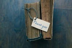 Tacka dig att underteckna på den gamla boken - tappningstil arkivbild