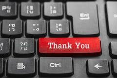 Tacka dig att uttrycka på den röda tangentbordknappen royaltyfria foton