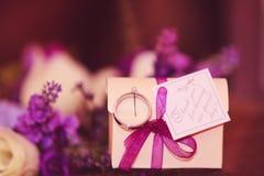 Tacka dig bröllopkortet Kuvertsida Färgrikt kuvert med th arkivfoto