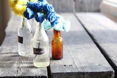 Tacka dig för att märka och trevliga blommor i flaskorna, kopieringsutrymme royaltyfria bilder