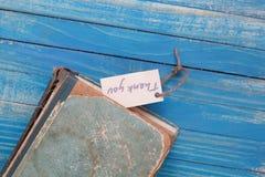Tacka dig för att underteckna och den gamla boken - tappningstil royaltyfri bild