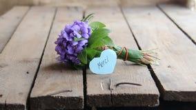 Tacka dig i franskt, skriftligt på etikett och blommor lager videofilmer