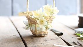 Tacka dig idétext och blommor stock video