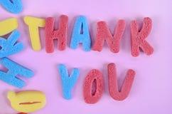 Tacka dig ord på rosa färgtabellen royaltyfria bilder