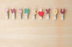 Tacka dig ordet av klädstrecket med utrymme på träbakgrund Fotografering för Bildbyråer