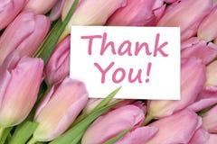 Tacka dig på gåvan för hälsningkortet med tulpanblommor Arkivbild