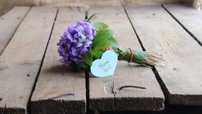 Tacka dig, skriftligt på etikett och blommor lager videofilmer