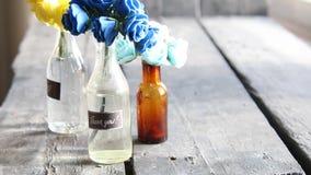 Tacka dig tappningetiketten och blommor i de dekorativa flaskorna lager videofilmer