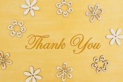 Tacka som dig, m?lade meddelandet med tr?blommakronblad f?rest?ende bekymrad guld royaltyfri fotografi