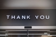 Tacka som dig, shoppar signagen återförsäljnings- skärmtyp på den svarta väggen arkivbilder