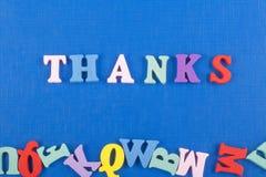 TACKET uttrycker på blå bakgrund som komponeras från träbokstäver för färgrikt abc-alfabetkvarter, kopieringsutrymme för annonste Arkivbilder