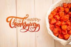 Tacksägelse - bokstäver höstbakgrundscloseupen colors orange red för murgrönaleaf Ljusa orange physalisbär på en brun träig bakgr arkivbild