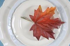 Tacksägelse som äter middag den eleganta ställeinställningen för tabell med höstbladet Royaltyfri Fotografi