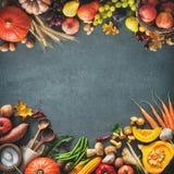 Tacksägelsedag eller säsongsbetonad höstlig bakgrund med pumpor, Arkivbild