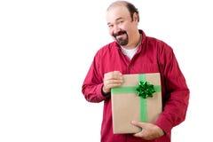 Tacksam man som rymmer en gåva med ett lyckligt leende arkivfoton