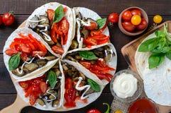Taco är ett traditionellt mexicanskt mellanmål Aubergine söta peppar, tomater i pitabröd Royaltyfri Fotografi