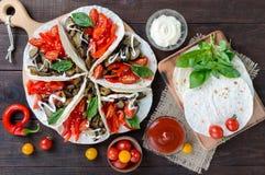 Taco är ett traditionellt mexicanskt mellanmål Aubergine söta peppar, tomater i pitabröd Fotografering för Bildbyråer