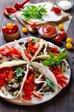 Taco är ett traditionellt mexicanskt mellanmål Aubergine söta peppar, tomater i pitabröd Arkivfoto