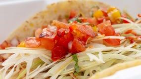 Taco con la fine della salsa e del cavolo di pico su fotografia stock