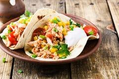 Taco de poulet lent de cuiseur avec du maïs image stock
