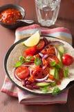 Taco de Vegan avec les haricots nains et le Salsa de tomate d'avocat Image libre de droits