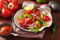 Taco des strengen Vegetariers mit Avocadotomatengartenbohnen und -Salsa Lizenzfreie Stockbilder