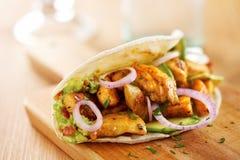 Taco di pollo messicano con l'avocado Immagini Stock