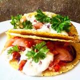 Taco do mexicano do salmão fumado, dos vegetais, da salsa e do molho Foto de Stock Royalty Free
