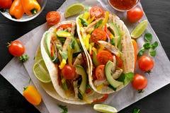 Taco med fegt kött och grönsaker fotografering för bildbyråer