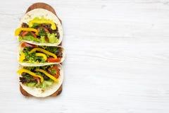 Taco med griskött och grönsaker Mexicanskt kök vitt trä för bakgrund arkivbild