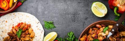 Taco messicano con i fagioli e le verdure della carne immagini stock libere da diritti