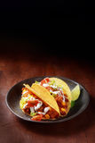 Taco mexicano com carne picante e salada imagens de stock