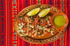 Taco'sal predikant en van de citroenen groen saus Mexicaans kruidig voedsel in Mexico-City royalty-vrije stock foto