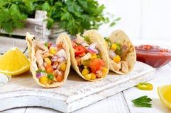 Taco - tortilla de blé avec de la viande, légumes, maïs, verts Casse-croûte mexicain délicieux images stock