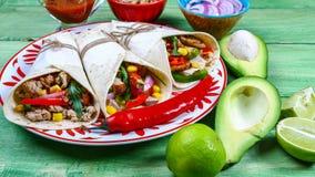 Taco - traditionele schotel van Mexicaanse keuken Mexicaanse taco's met rundvlees, groenten en saus op een houten achtergrond Tor stock foto