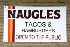 Taco- und Burgerzeichen Naugles Stockfotografie