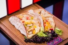 Taco végétal savoureux dans le restaurant Image stock