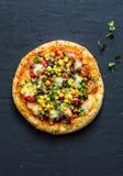 Taco vegetarische pizza Mexicaanse pizza met bonen, graan, jalapenopeper, mozarellakaas op een donkere achtergrond, hoogste menin royalty-vrije stock foto's
