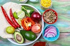 Tacofixanden Mexicansk bunke för feg taco med lökar som finhackas, bönor, havre, tomat, avokadochili Bunke för tacosalladlunch arkivbild