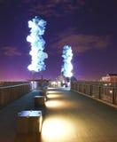 Tacoma. Överbrygga från centra till det Glass museet på natten. Arkivbild