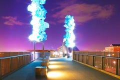 tacoma Bro från centrum till det Glass museet på natten royaltyfri bild