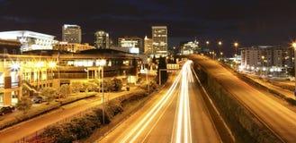 Tacoma im Stadtzentrum gelegen nachts mit Datenbahn, Gerichtsgebäude und Geschäftszentrum. lizenzfreies stockbild