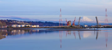Tacoma port z nafcianymi zbiornikami i górami. Fotografia Royalty Free