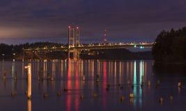 Tacoma przesmyka most przy nocą fotografia royalty free