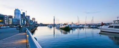 Tacoma-Ufergegend nahe Aquarium mit Jachthafen und Booten Stockbild