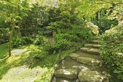 TACOMA, WA - 12-ОЕ ИЮНЯ 2010: Японский сад в Сиэтл, WA Каменная тропка в древесинах Стоковая Фотография