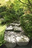 TACOMA, WA - CZERWIEC 12, 2010: Japończyka ogród w Seattle, WA Kamienny ślad w drewnach Zdjęcie Stock
